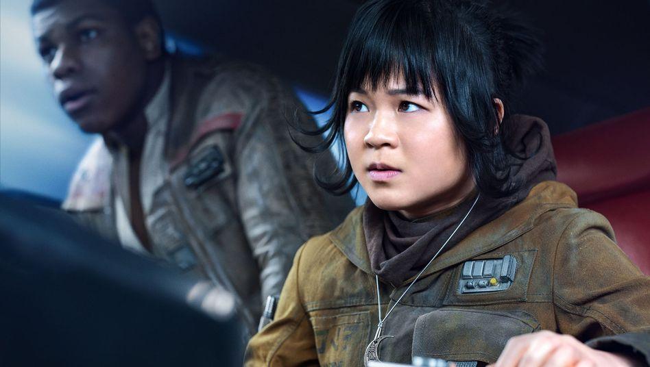 """Rose (Kelly Marie Tran) und Finn (John Boyega) in """"Star Wars: Die letzten Jedi"""" von 2017"""