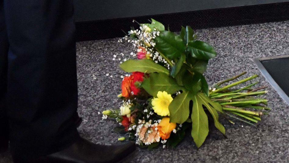"""Blumenstrauß vor den Füßen Kemmerichs: Ihre Aktion bereue sie """"keine Sekunde"""", sagte nun Hennig-Wellsow"""