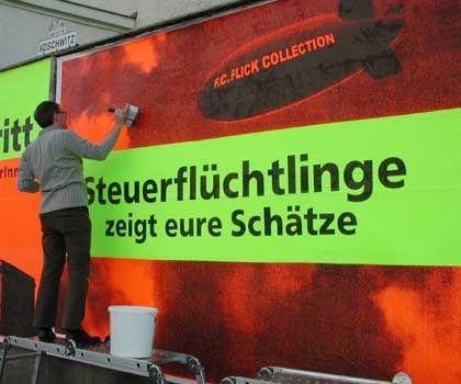 Schnock beim Ankleben eines Plakats: Irritationen in der Innenstadt