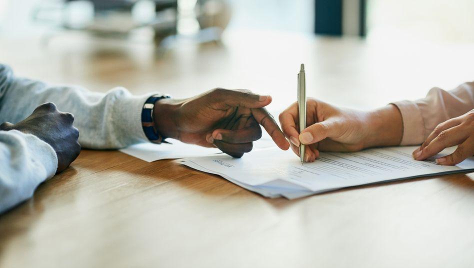 Schließen Arbeitnehmer und Arbeitgeber einen Vertrag, ist Vorsicht geboten - für beide Parteien