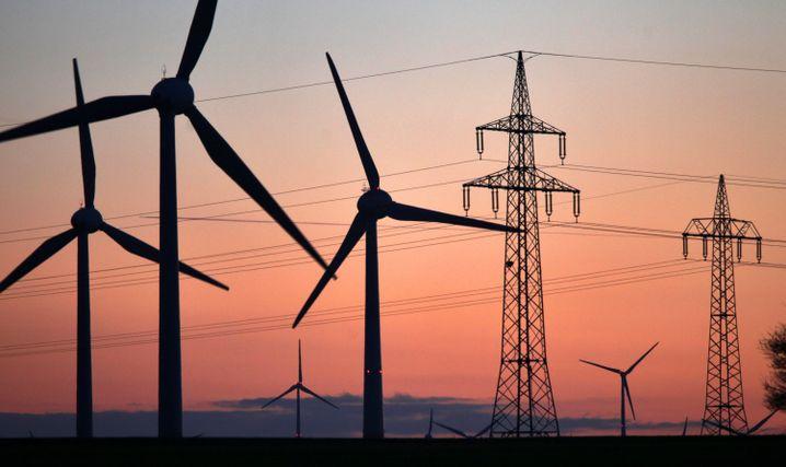 Windräder und Hochspannungsleitungen in Deutschland