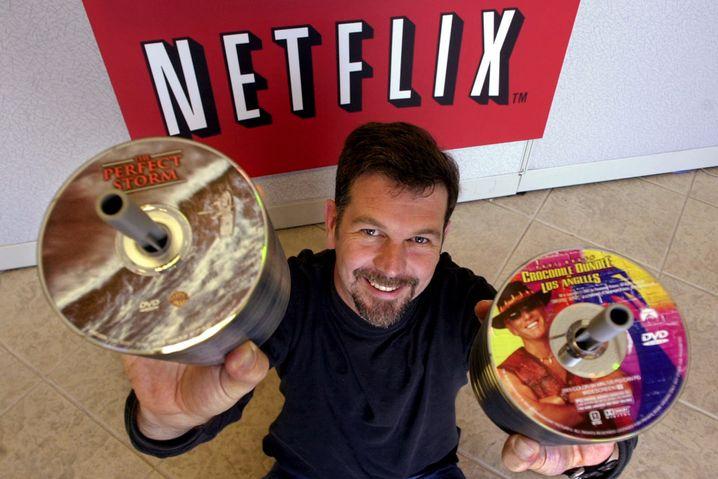 """Netflix-Chef Reed Hastings im Jahr 2001, als DVDs noch en vogue waren und """"Crocodile Dundee in Los Angeles"""" ein Bestseller"""