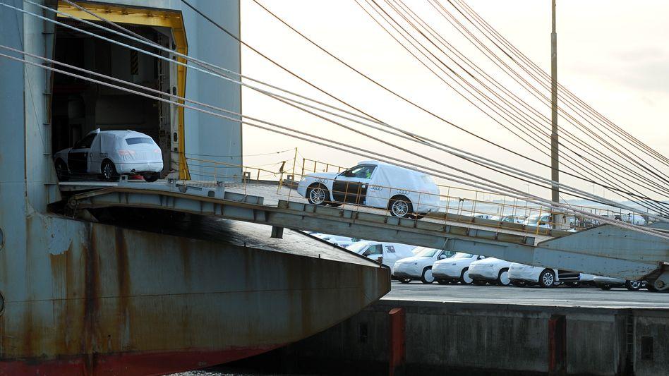 Konventionelles Transportschiff am VW-Autoterminal in Emden