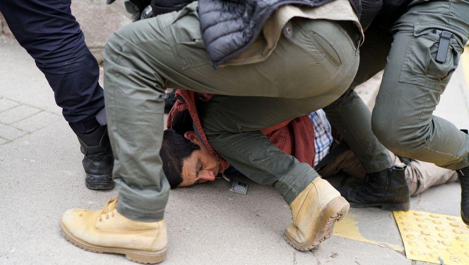 Ein Demonstrant an der Uni Ankara wird von Polizisten überwältigt.