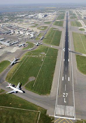 Startende Flugzeuge auf dem Flughafen Heathrow: Polnische Piloten nahmen Kurs auf die falsche Landebahn.