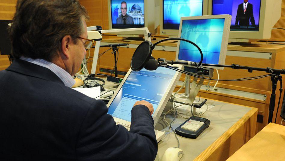 """""""Tagesschau""""-Sprecher Jan Hofer im NDR-Studio: Die Aussprache-Datenbank ist """"das wichtigste Hilfsmittel aller Nachrichtensprecher"""""""