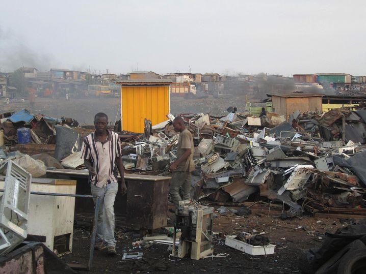 Jährlich landen hunderttausende Tonnen deutschen Elektroschrotts in der Dritten Welt