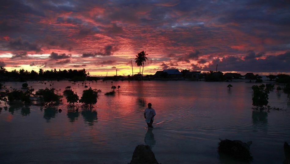 Nahe am Wasser gebaut: Dorf Tangintebu auf Süd-Tarawa in Kiribati im Pazifik