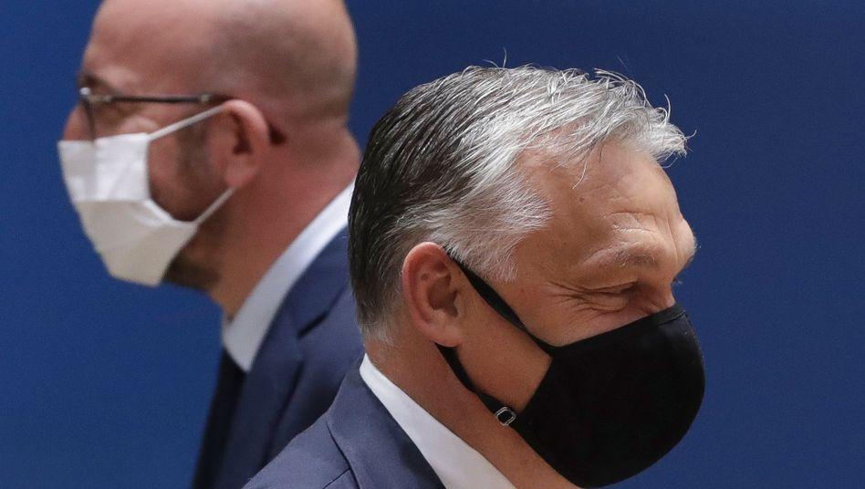 EU-Ratspräsident Charles Michel (l.) und Ungarns Ministerpräsident Viktor Orbán