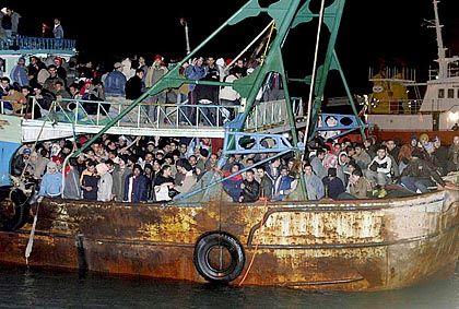 Afrikanische Flüchtlinge im Hafen von Licata auf Sizilien: EU will Einwanderung steuern