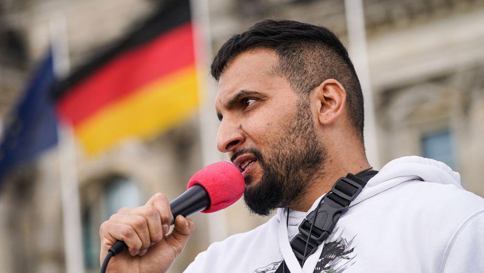 """Vegankoch Hildmann am 16. Mai vor dem Berliner Reichstag: """"Vielleicht ist Bill Gates auch kein Satanist"""""""