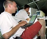 Zwei Teilnehmer einer Open-Air-Hacking-Veranstaltung