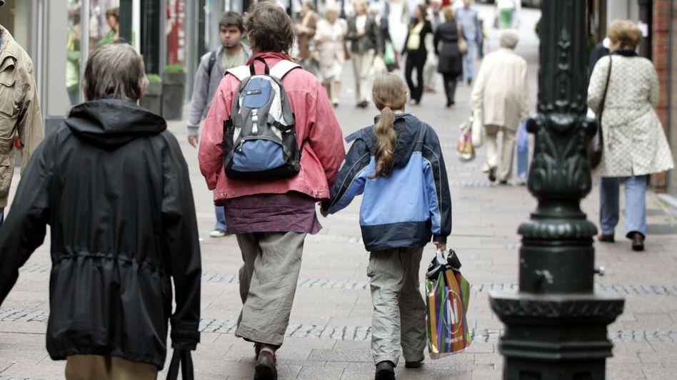 Mutter-Kind-Szene in einer Fußgängerzone: Vater muss mehr Unterhalt zahlen