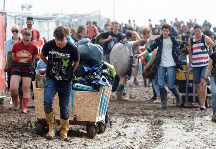 Fans verlassen das Gelände des Festivals