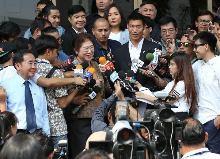 Thanathorn mit seiner Mutter Somporn (Mitte) im Gespräch mit Reportern