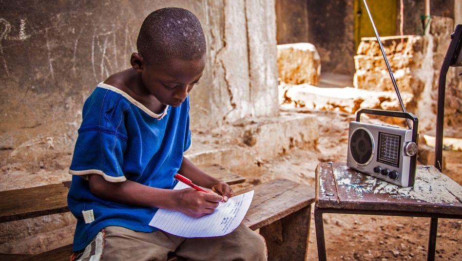 Schon während der Ebola-Epidemie vor sechs Jahren wurde das Lernen über Radio in Sierra Leone etabliert