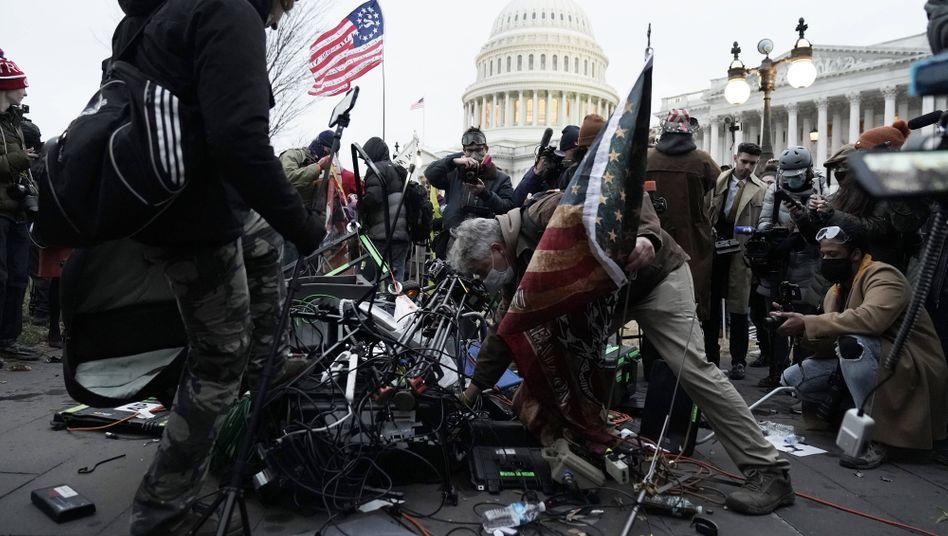 Trump-Anhänger zerstören Kameras vor dem US-Kapitol: »Reporter mit Sicherheitsleuten rausschicken«