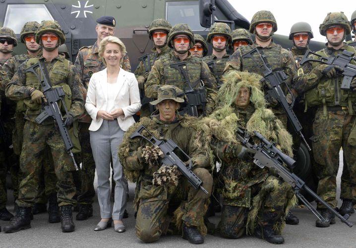 Ursula von der Leyen mit Bundeswehrsoldaten (2014): Sticheleien von der Nachfolgerin