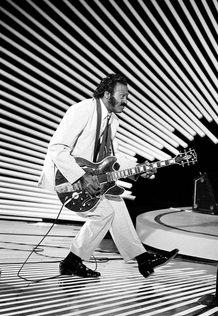 """Chuck Berry bei der Performance seinen berühmten """"Duckwalks"""" im Jahr 1980"""