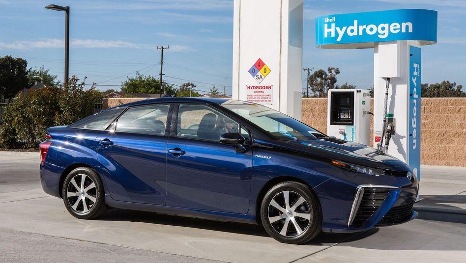 Ein Toyota Mirai an einer Wasserstoff-Tankstelle