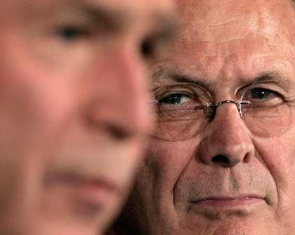 US-Führungsduo Bush und Rumsfeld: Wegen Kriegsrhetorik unter Beschuss