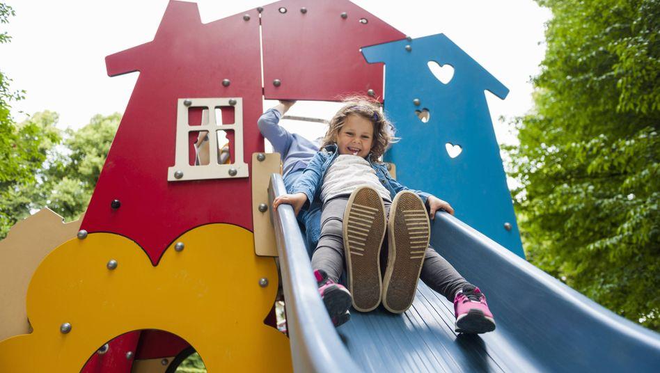 Verletzungsgefahr: Kind rutscht mit Erwachsenem.
