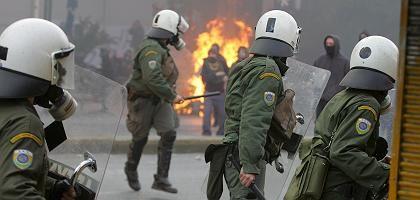 Polizisten in Athen: Demonstranten mit Steinen beworfen