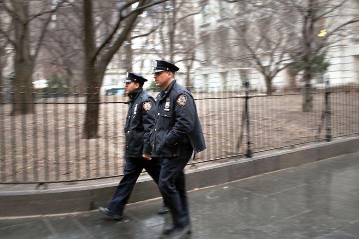 Verschärfte Ahndung von Bagatelldelikten: NYPD-Männer auf Streife