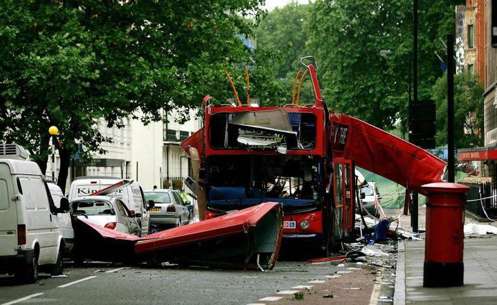 Zerstörter Bus nach den Attentaten von London (2005)
