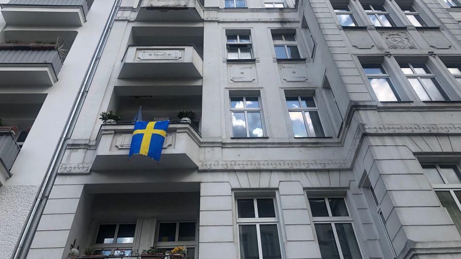 Schwedische Flagge an einem Berliner Wohnhaus