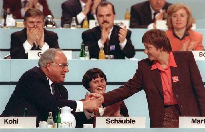 CDU-Parteitag (Dezember 1991 in Dresden): Helmut Kohl gratuliert Frauenministerin Angela Merkel zum Stellvertreterposten