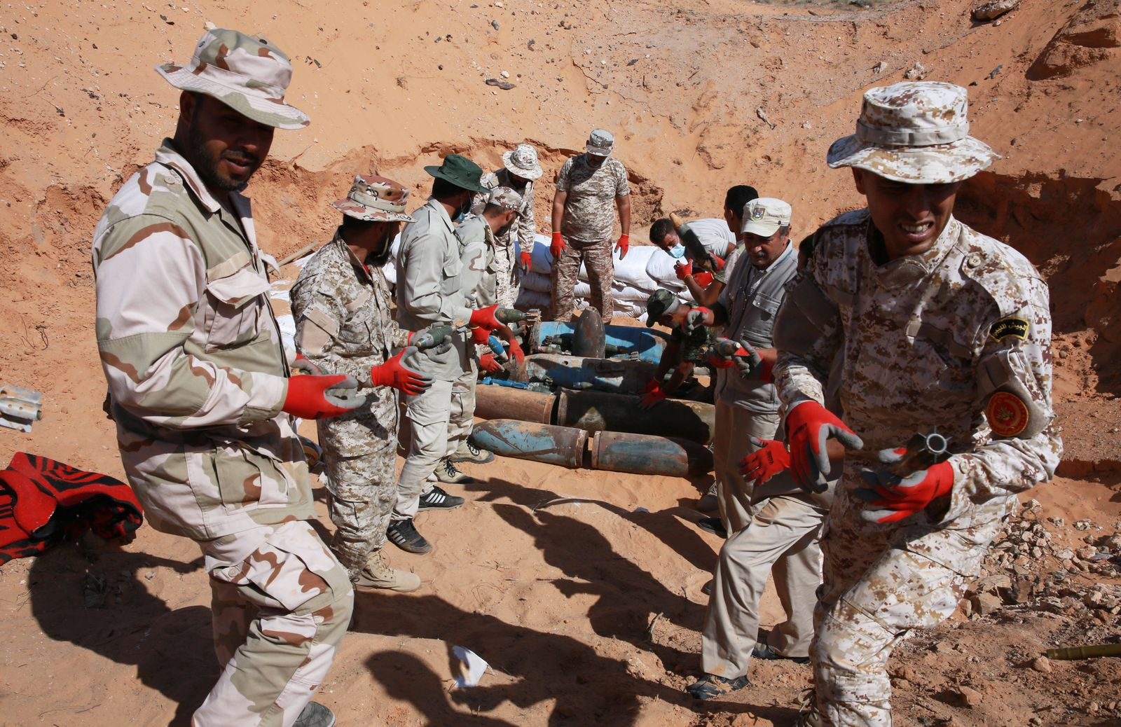 (201013) -- TRIPOLI, Oct. 13, 2020 -- Fighters of the UN-backed Libyan government move explosive remnants in an old mil