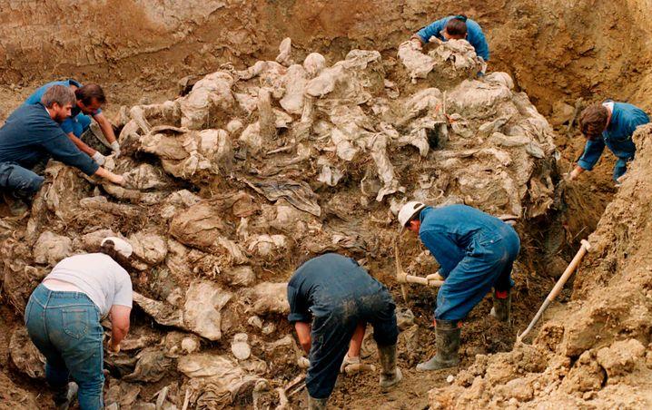 Uno-Ermittler bei der Untersuchung eines Massengrabes mit Sebrenica-Opfern bei Pilica in Bosnien-Herzegowina 1996