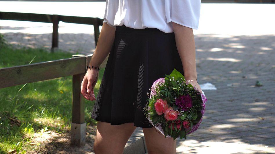 Niedersachsens jüngste Abiturientin Mandy Hoffmann vor ihrer Schule