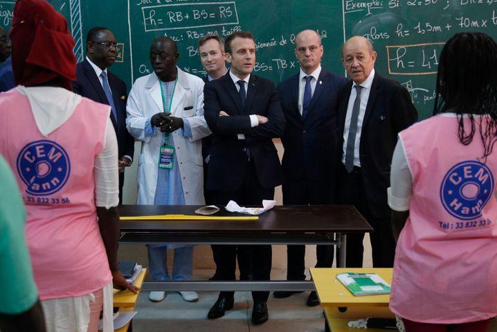 Sammeln Geld für Bildung: Senegals Präsident Macky Sall (links) und Emmanuel Macron (3. von rechts) bei einer Schuleröffnung in Dakar