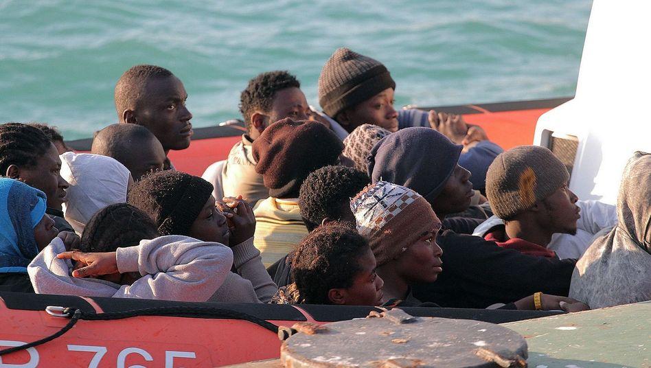 Gerettete Flüchtlinge: Nach der Tragödie im Mittelmeer erreichen Überlebende das italienische Festland.