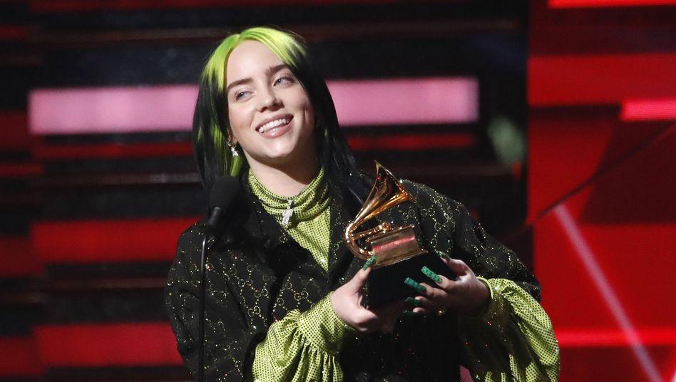 """Billie Eilish mit einem ihrer Grammys: """"Gott, das ist so verrückt"""""""