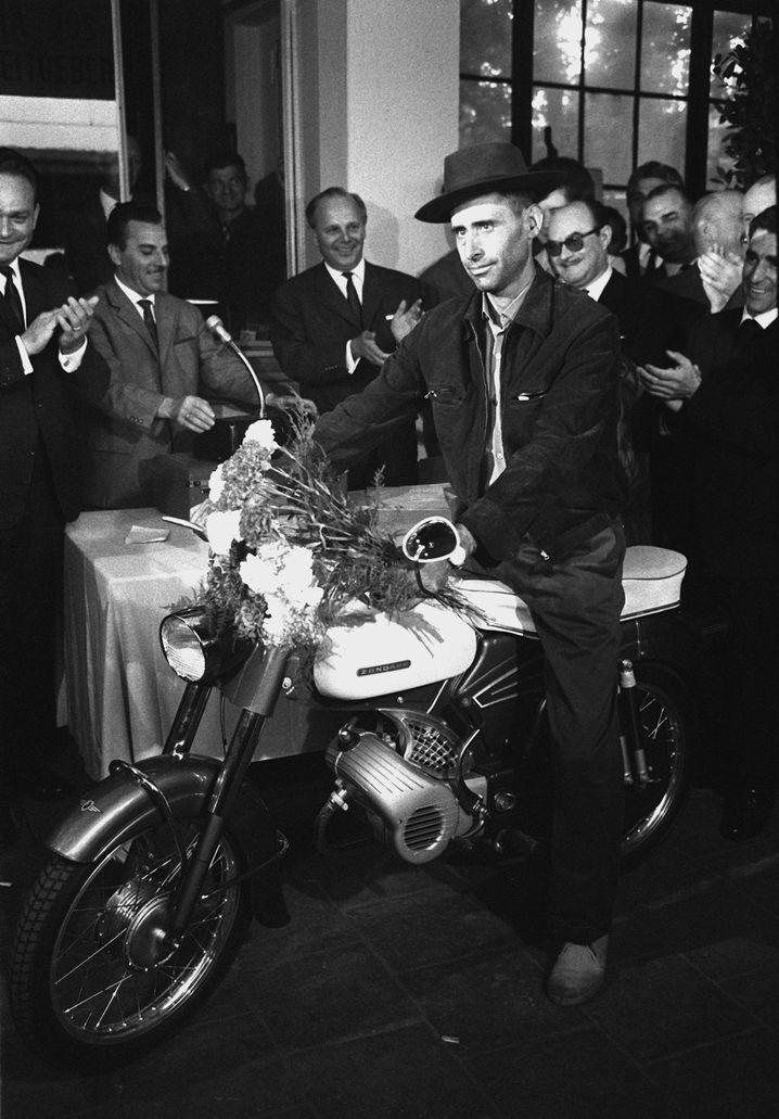 Der millionste Gastarbeiter der Bundesrepublik, Armando Rodrigues, im September 1964