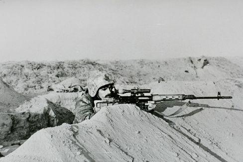 """Scharfschütze Michailow im Afghanistan-Krieg mit seinem """"Dragunow""""-Gewehr."""