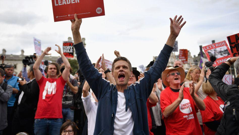 Corbyn-Anhänger bei einer Kundgebung von Momentum 2016: Einflussreiche Truppe