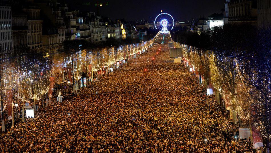 Menschen auf den Champs-Élysées an Silvester 2017