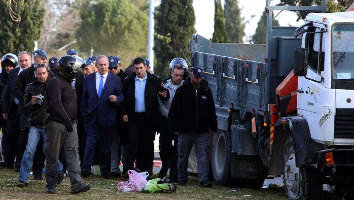 Lkw-Attacke in Israel: Entsetzen und Tränen am Anschlagsort