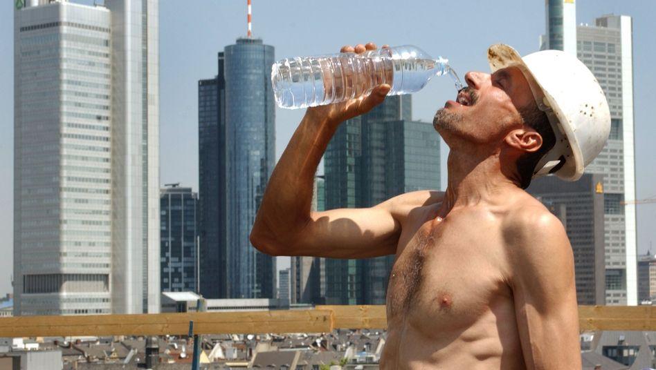 Bauarbeiter in Frankfurt: Kostenloses Wasser und Sonnensegel als Schutz