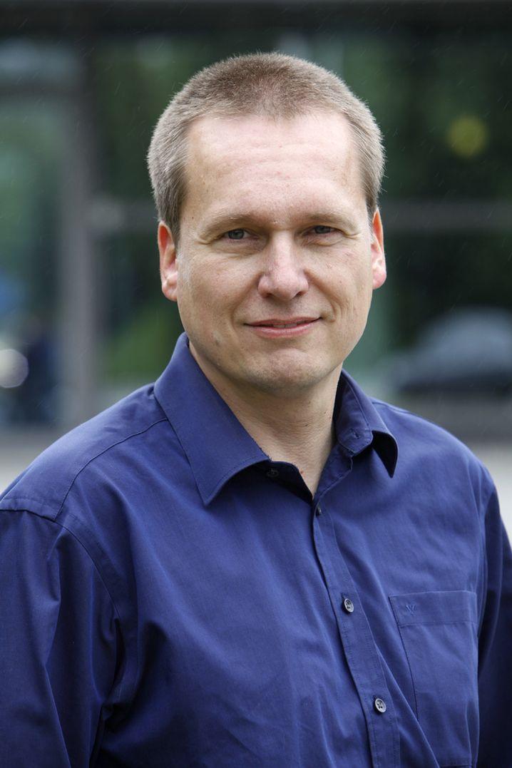 Christian Ress arbeitet bei Ford am Informationsaustausch von Autos