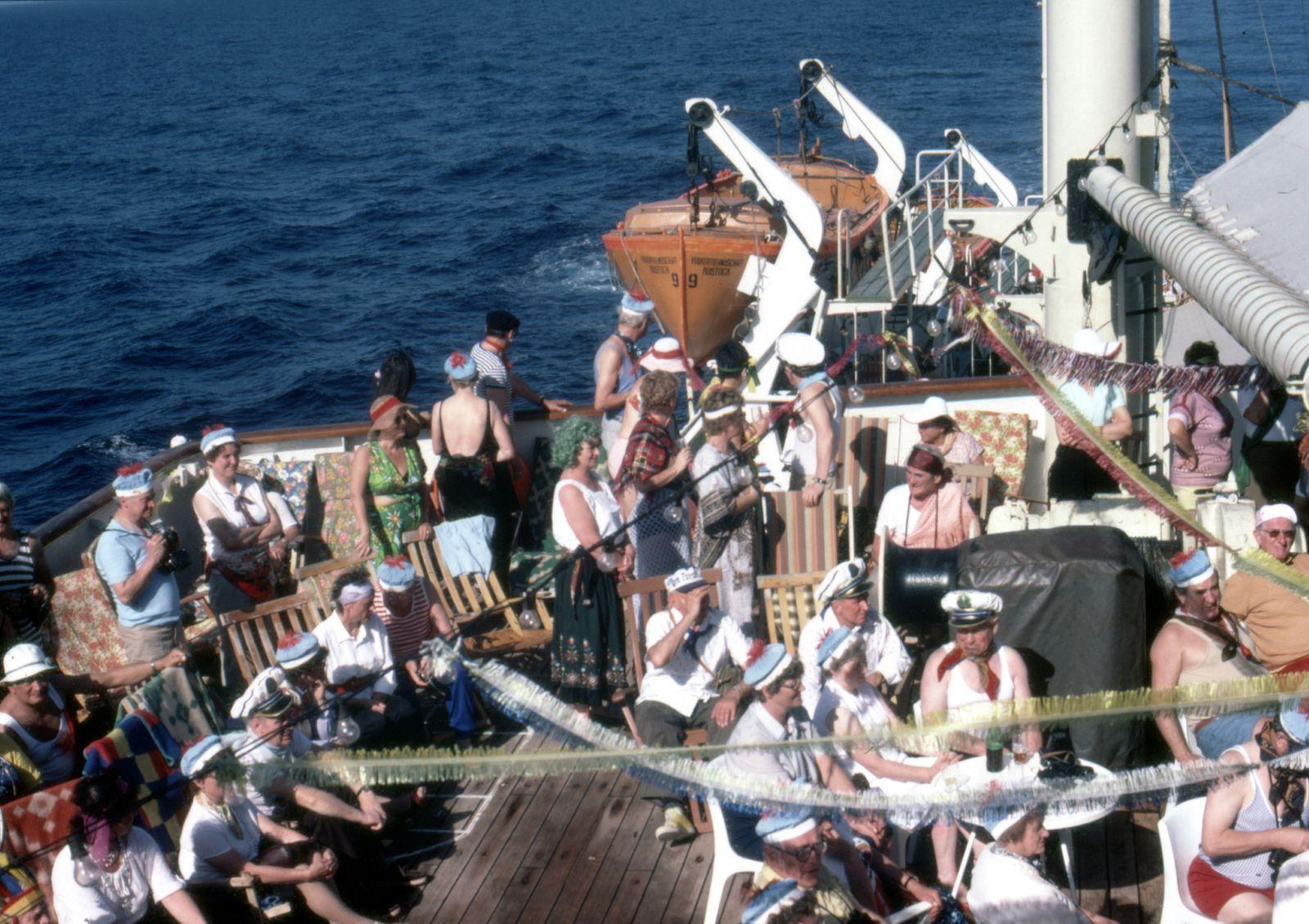 """Sprung von der Vo?lkerfreundschaft - DDR: Schifffahrt - das FDGB-Urlauberschiff """"Voelkerfreundschaft"""" im Hafen von Warnemuende vor dem Auslaufen zu einer Mittelmeer-Kreuzfahrt, beim Bordfest - Juni 1975"""