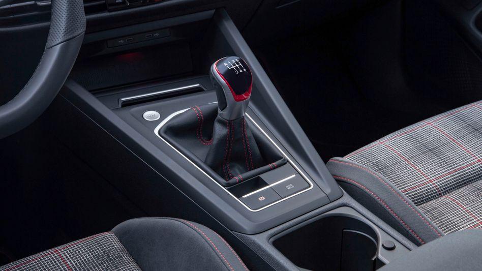Schaltknüppel in einem Golf GTI (2020)
