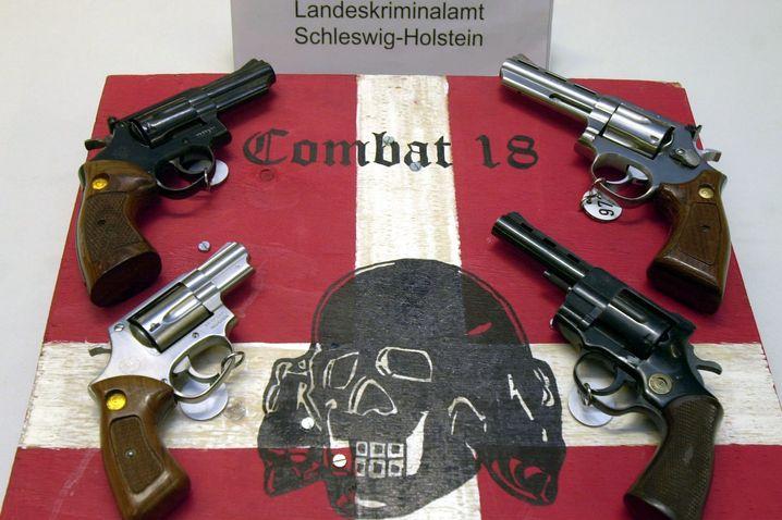 """Sichergestellte Waffen der Neonazi-Gruppe """"Combat 18"""""""