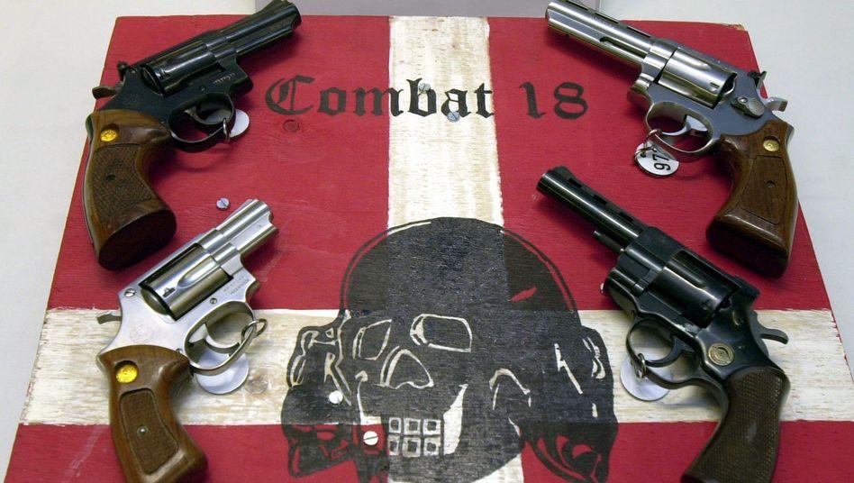 """Sichergestellte Waffen der kriminellen Neonazigruppe """"Combat 18"""": Eine der bedeutendsten rechtsextremen Organisationen"""