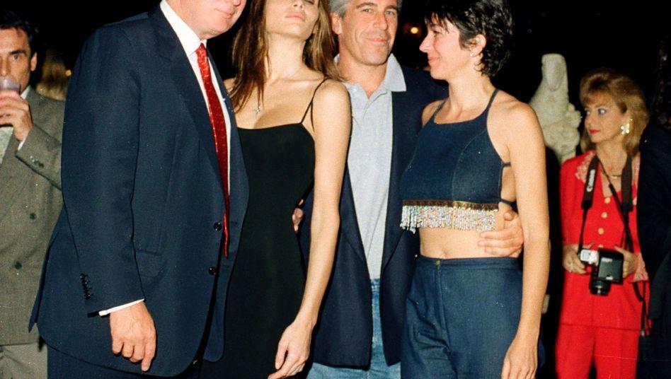 Donald Trump, heutige Ehefrau Melania, Jeffrey Epstein und dessen Vertraute Ghislaine Maxwell in Mar-a-Lago, Florida, im Februar 2000