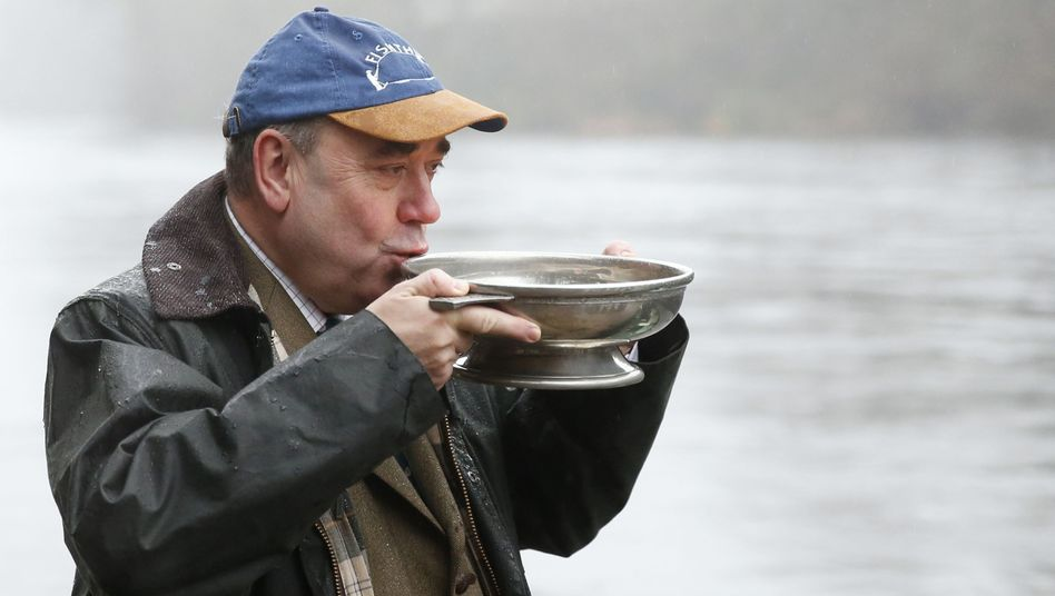 """Salmond beim Whiskytrinken: """"Die Leute gehen aus, wenn sie betrunken sind"""""""